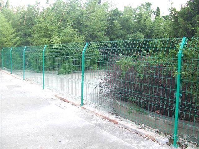 铁丝围墙网安装时怎样保证围网绷紧?