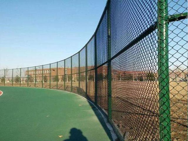 操场围网开挖几米