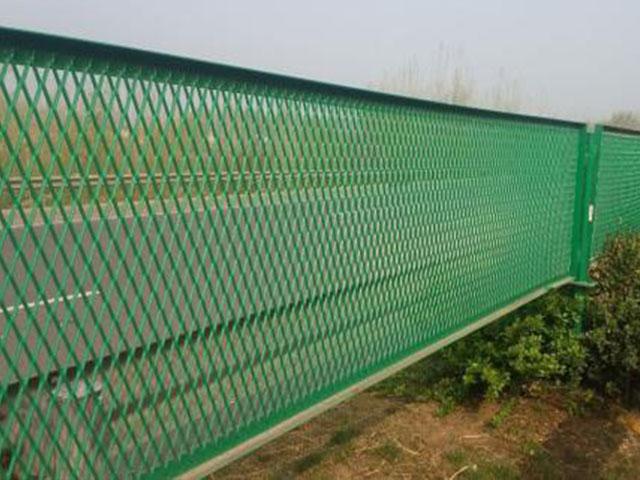 公路隔离网常见施工护栏造价究竟为多少?