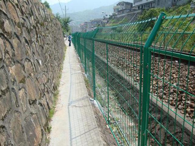 铁路隔离网可以用膨胀螺丝固定吗
