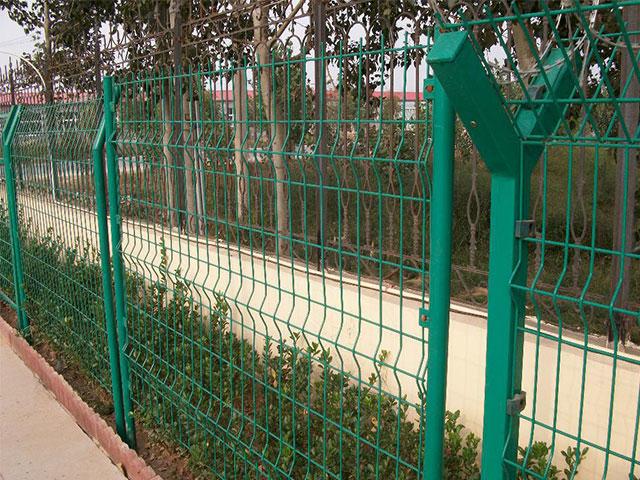 铁丝围墙网是怎么安装的
